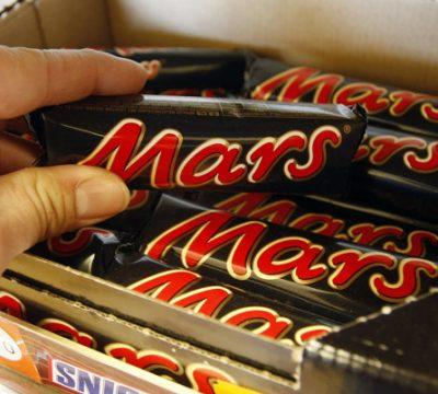 Stiahnutie tyčiniek Mars a Snickers z pultov